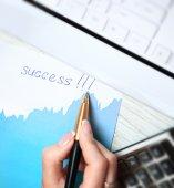 La mano della donna di affari con la penna scrive parola successo — Foto Stock