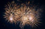 Coloratissimi fuochi d'artificio nel cielo scuro — Foto Stock