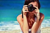 женщина фотограф на пляже — Стоковое фото