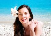 Retrato de uma jovem mulher na praia — Fotografia Stock