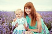Portrait of a beautiful young mother and child in nature — Stock Photo