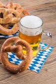 крендели и пиво — Стоковое фото