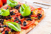 Homemade olive and tomato pizza — Photo