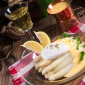 Asparagus served with a fine hollandaise sauce — Stock Photo