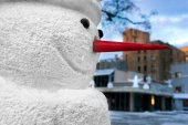 Snowman with a red nose in the city on Christmas and New Year — Foto de Stock