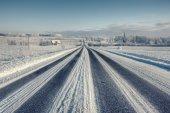 Line asphalt winter road to the horizon — Zdjęcie stockowe