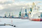 The ship is in port cranes on a background of winter — Stockfoto