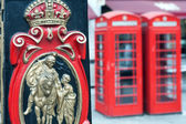 Postal Service and a red telephone booth in London — Foto de Stock