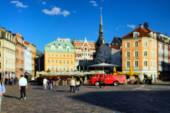 People sit in outdoor cafes in the old city of Riga blurry sprin — Stock Photo