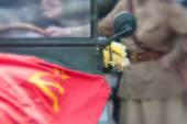 Donna in uniforme militare sovietico bandiera sulla jeep — Foto Stock