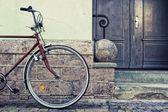 Wiel geparkeerd in de buurt van de muur stijlvolle fiets — Stockfoto