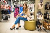 Joven y bella mujer zapatos de tacones nuevo en tienda — Foto de Stock