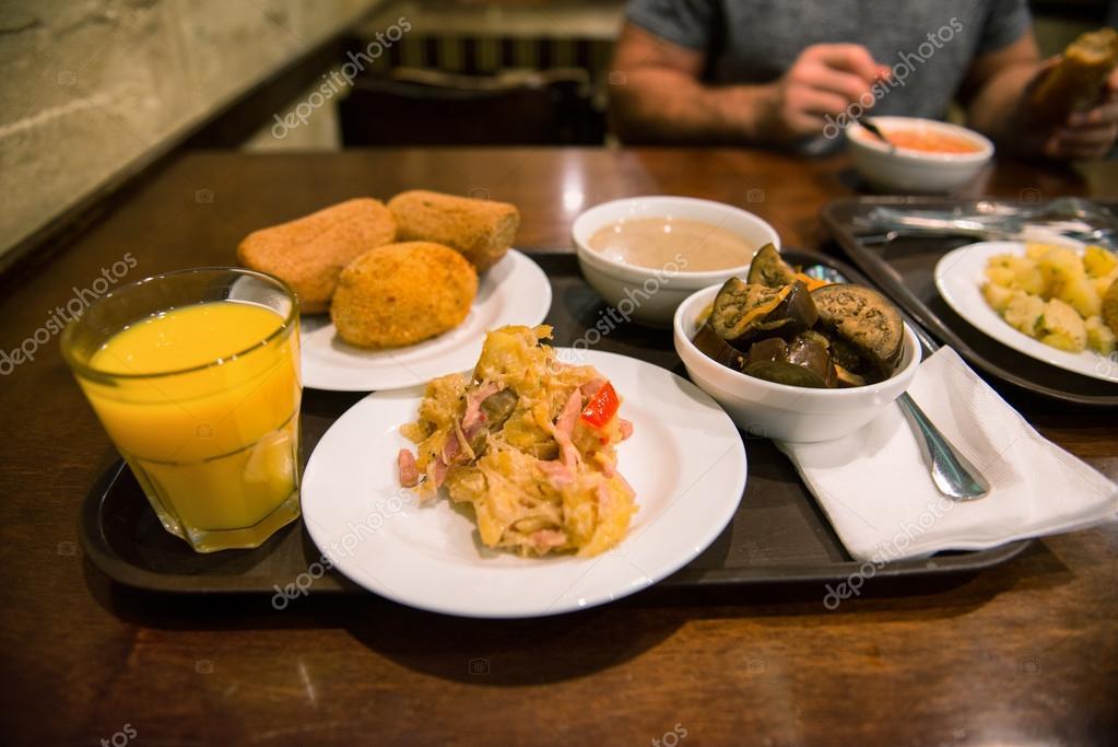 La gente come comida ordinaria en una bandeja sobre la for Mesas para negocio comidas rapidas