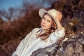 Traveler woman in the hat at nature — Stock Photo