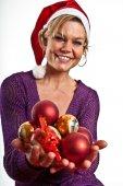 女孩举行圣诞球 — 图库照片