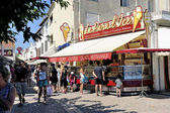 Ice cream shop in the pedestrian street of Saintes-Maries-de-la- — Stock Photo