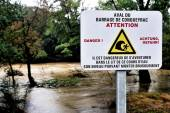 Sign warning of the danger of dam water upstream dropped — Stock Photo