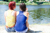 湿的衣服衬衫玩乐放松 2 可爱女友年轻妇女坐在沙滩地上河河岸上 & 一起谈夏天绿色户外副本空间背景 — 图库照片