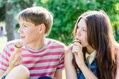 Happy teen couple eating ice cream — Stock Photo
