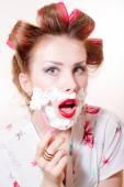 Pinup girl having fun shaving face — Stock Photo