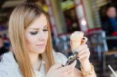Business woman eating ice cream — Stock Photo