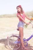Femme vélo avec fleurs — Photo