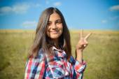 Teenage girl showing peace sign — Stock Photo