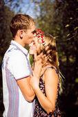 Pareja feliz besos en huerta de otoño — Foto de Stock