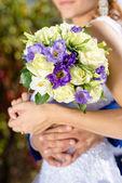 Wedding roses bouquet in bride hands closeup — Stock Photo