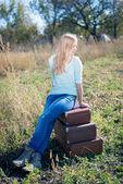 スーツケースに座っている女の子 — ストック写真