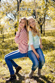 Dvě šťastné mladé dívky — Stock fotografie