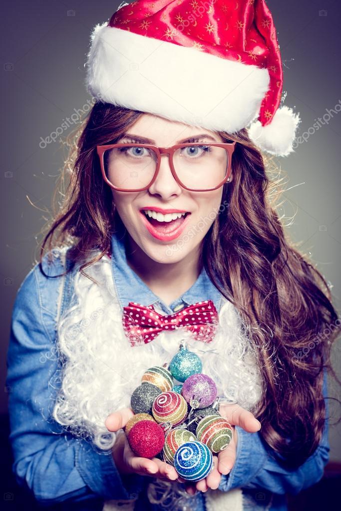 Grappige hipster meisje in super grootte bril dragen xmas kerstmuts en faux baard bedrijf stapel - Foto tiener ruimte meisje ...