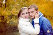 Happy teen couple walking outdoors on cold autumn day — Foto de Stock