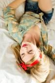 Rockabilly girl lying in bed — Stock Photo