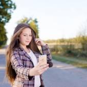 Girl taking selfie outdoors — ストック写真