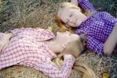 Счастливые девушки, лежа голова к голове — Стоковое фото