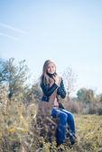 Menina com malas retrô — Fotografia Stock