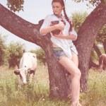 Genç çiftçi kase taze süt taşıyan gülümseyen — Stok fotoğraf #74016565