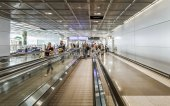 Passengers at the departure hall in the airport — Stock Photo