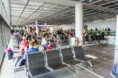 Passengers at the departure hall in the airport — Stockfoto