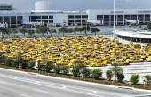 Taxis wait at the airport in Miami — Stock Photo
