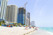 People enjoy the beach at sunny isles — Stock Photo
