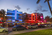 Palm trees and art deco hotels at Ocean Drive — Stock Photo