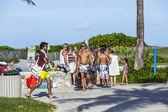 La gente camina por el paseo marítimo sobre ocean drive en south beach — Foto de Stock