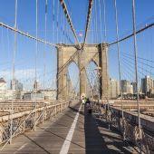People at Brooklyn Bridge in New York — Stock Photo