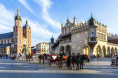 Horse carriages in front of Mariacki church on main square of Kr — Stock Photo