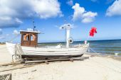 Fishermans boat at the beach of the baltic sea — Stock Photo