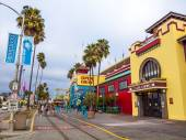 People at Boardwalk in Santa Cruz — Stock Photo
