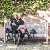 Couple dressed as black Manga figure poses for photographers — Stock Photo