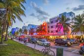 People enjoy Palm trees and art deco hotels at Ocean Drive — Stock fotografie